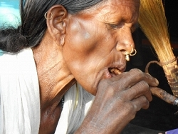 Les vielles femmes fument le cigare