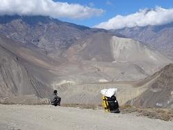 Instant de solitude dans l'immensité himalayenne