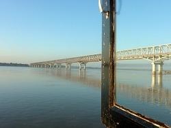 Sous le pont coule l'Irrawaddy