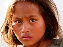 Jeune fille d'un village isolé au Népal,