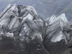 Une vue du glacier, figé dans une ondulation précaire en noir et blanc.