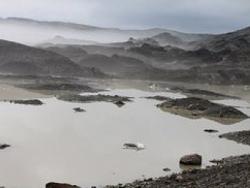 Sur le glacier Vatnajökull, la brume sublime les cendres volcaniques recouvrant la blancheur originelle.