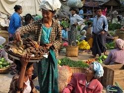 Marché birman, attention et sourires