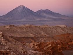 Volcán Licancabur depuis la Vallée de la Lune